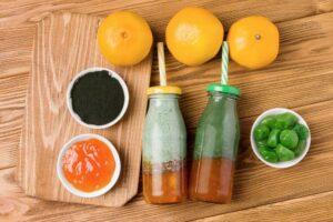 deux bouteilles de spiruline avec fruits