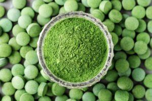 spiruline poudre verte avec comprimés