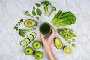 un verre de spiruline avec fruits verts